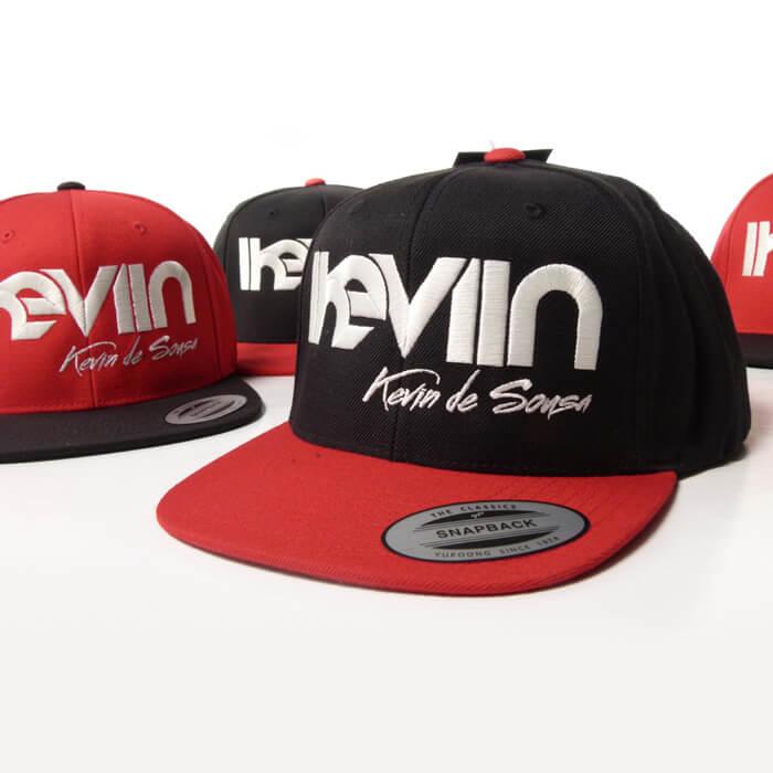 Casquette snapback iKeviin - Kevin de Sousa officielle noire avec la visière rouge